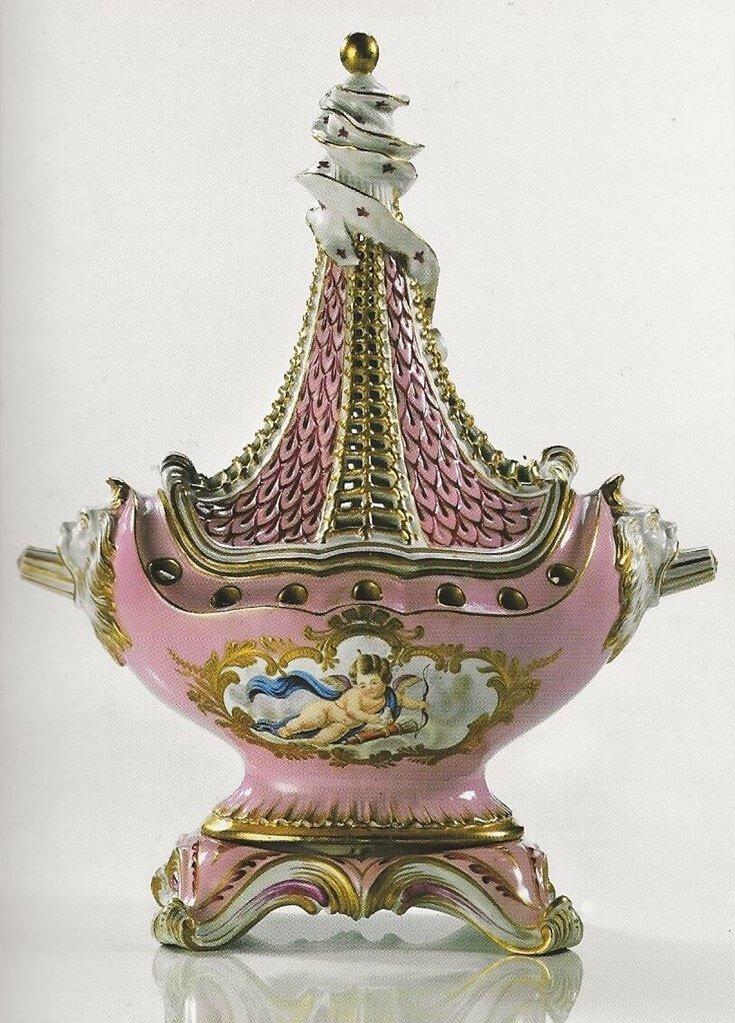 Oggetto decorativo d'ispirazione Transaplina decorata a mano con dettagli in oro zecchino copia